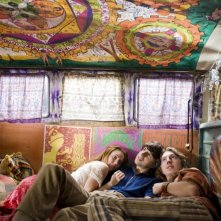 Una colorata immagine del film Taking Woodstock