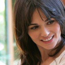 Una sorridente Romina Mondello con Giovanna Ralli nella serie tv L'isola dei segreti