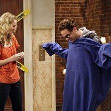 Johnny Galecki e Kaley Cuoco in una scena dell'episodio The Monopolar Expedition di The Big Bang Theory