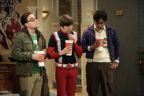 Johnny Galecki Simon Helberg E Kunal Nayyar In Una Scena Dell Episodio The Monopolar Expedition Di The Big Bang Theory 116681
