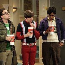 Johnny Galecki, Simon Helberg e Kunal Nayyar in una scena dell'episodio The Monopolar Expedition di The Big Bang Theory