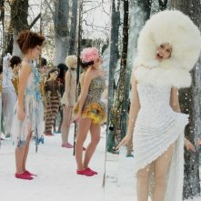 Laetitia Casta (con l'abito bianco) in una scena del film Visages, di Tsai Ming-Liang