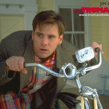 Un wallpaper di Jim Carrey su bici per il film 'The Truman Show'