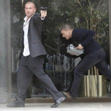 Wentworth Miller e Dominic Purcell in una scena d'azione dell'episodio Cowboys and Indians di Prison Break