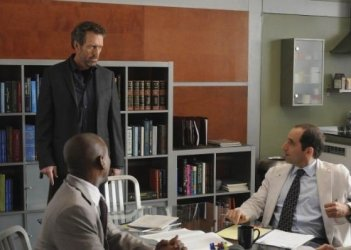 Hugh Laurie, Omar Epps e Peter Jacobson in una scena di Both Sides Now di Dr. House: Medical Division