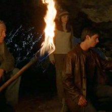 Max, Liz e River Dog nella grotta nell'episodio 'River Dog' di Roswell (nella foto: Jason Behr, Shiri Appleby e Ned Romero)