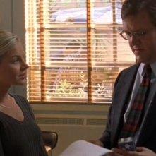 Mrs Topolsky (Julie Benz) parla con il Signor Somers (Daniel Hagen) nell'episodio 'Statale Sud 285' di Roswell