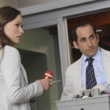 Olivia Wilde e Peter Jacobson in una scena di Both Sides Now di Dr. House: Medical Division