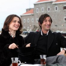Rachel Weisz e Adrien Brody in una scena del film The Brothers Bloom