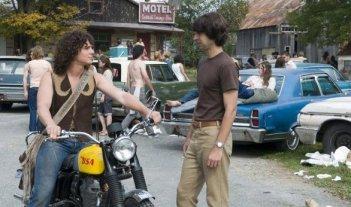 Demetri Martin con Jonathan Groff in una scena del film Taking Woodstock, di Ang Lee