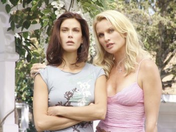 Desperate Housewives: Nicollette Sheridan e Teri Hatcher in una scena dell'episodio Look Into Their Eyes and You See What They Know