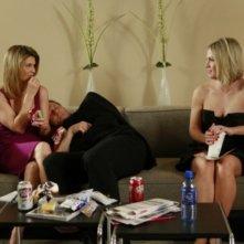 Lori Loughlin e Jennie Garth in una scena dell'episodio One Party Can Ruin Your Summer di 90210
