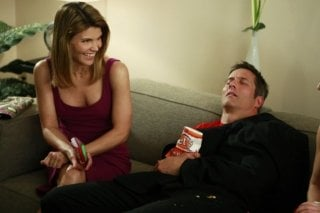Lori Loughlin e Rob Estes in una scena dell'episodio One Party Can Ruin Your Summer di 90210