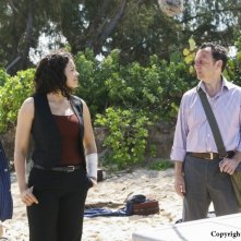 Michael Emerson e Zuleikha Robinson in una scena dell'episodio The Incident, finale della stagione 5 di Lost