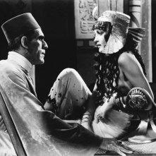 Boris Karloff e Zita Johann in una scena de La mummia