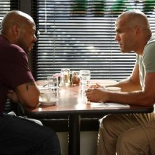 Rockmond Dunbar ed Amaury Nolasco in una scena dell'episodio Rate of Exchange di Prison Break