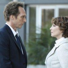 William Fichtner e Kathleen Quinlan in una scena dell'episodio Rate of Exchange di Prison Break