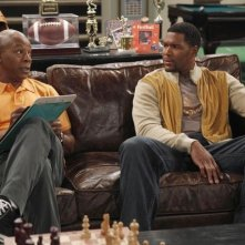 Carl Weathers e Michael Strahan in una scena della serie TV Brothers