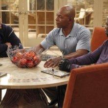 Carl Weathers, Michael Strahan e Daryl Mitchell in una scena della serie TV Brothers
