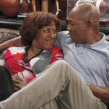 CCH Pounder e Carl Weathers in una scena della serie TV Brothers