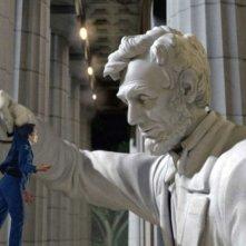 Ben Stiller viene aiutato da un'enorme statua di Abramo Lincoln in una scena del film Una notte al museo 2: la fuga