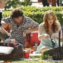 Kat ed un picnic con la sua famiglia nel pilot di Eastwick
