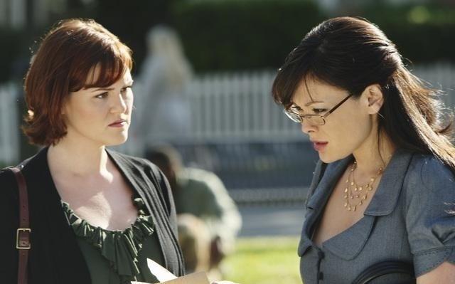 Lindsay Price E Sara Rue In Una Scena Del Pilot Di Eastwick 117519
