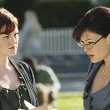 Lindsay Price e Sara Rue in una scena del pilot di Eastwick