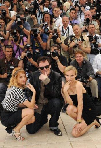 Quentin Tarantino in una posa scherzosa circondato dalle sue dive, Melanie Laurent e Diane Kruger
