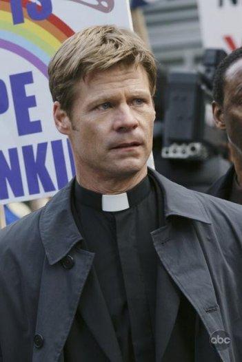 Joel Gretsch in una scena del pilot della nuova serie V
