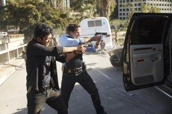 Joseph Fiennes e John Cho in una scena d'azione del pilot di Flash Forward