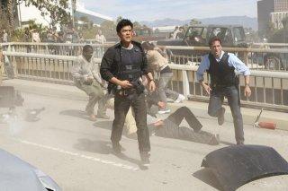 Joseph Fiennes e John Cho in una scena del pilot di Flash Forward