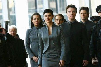 Morena Baccarin in una scena del pilot della nuova serie V