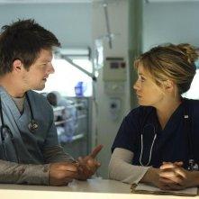 Zachary Knighton e Sonya Walger in una scena del pilot di Flash Forward