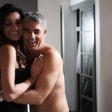 Alena Seredova e Biagio Izzo in un'immagine del film Un'estate ai Caraibi