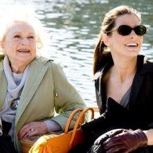 Betty White e Sandra Bullock in una scena del film Ricatto d'amore