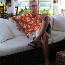 Enrico Bertolino in una scena del film Un'estate ai Caraibi