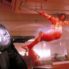 Wesley Snipes combatte con un vampiro nel film 'Blade'
