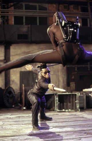 Wesley Snipes in una scena di combattimento del film 'Blade II'