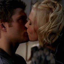 Un bacio fra Dominique Swain e Jensen Ackles in una scena del film 'Devour'