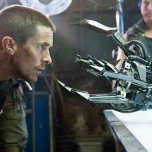 Christian Bale alle prese con un robot nel film Terminator Salvation