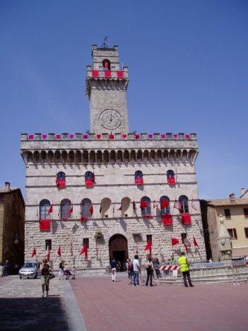 Sul set di Twilight: New Moon a Montepulciano. La facciata del palazzo comunale addobbata con bandiere rosse.
