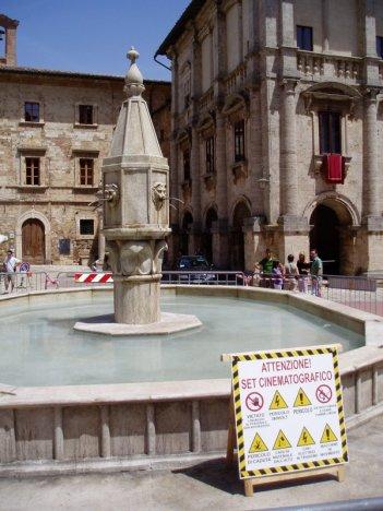 Sul set di Twilight: New Moon a Montepulciano. Una fontana (finta) costruita appositamente per le riprese del film