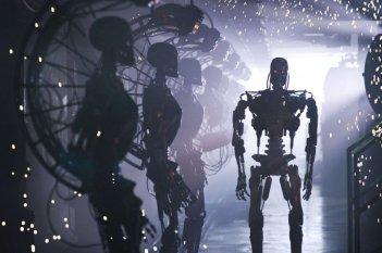 Un T-800 in una scena del film Terminator Salvation