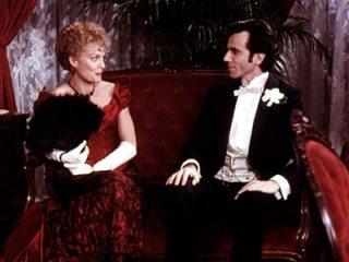 Daniel Day Lewis con Michelle Pfeiffer in una scena de L'età dell'innocenza