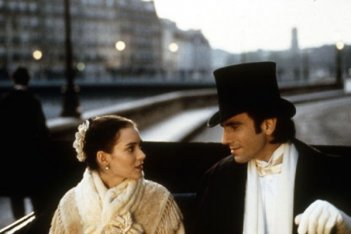 Daniel Day Lewis e Winona Ryder in una scena de L'età dell'innocenza