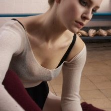 Holly Weston interpreta Holly nel film Sacro e profano