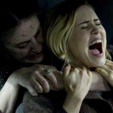 Lorna Raver e Alison Lohman in una scena del film horror Drag Me to Hell