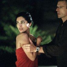 Caterina Murino e Lambert Wilson in una scena del film Alibi e sospetti