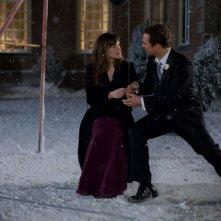 Jennifer Garner e Matthew McConaughey in una romantica immagine del film La rivolta delle ex
